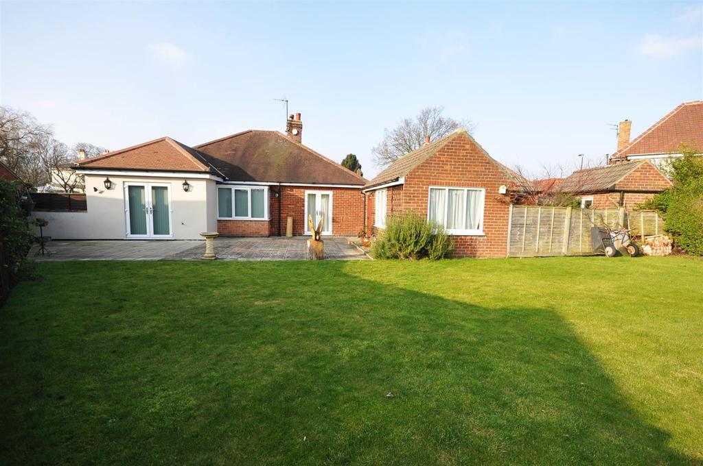 3 Bedrooms Bungalow for sale in Straylands Grove, Heworth, York