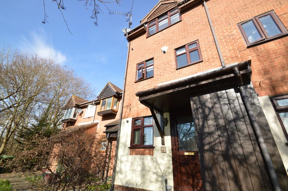 3 Bedrooms Terraced House for sale in Bayliss Avenue, North Thamesmead, London SE28