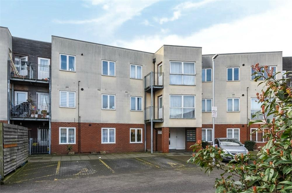 2 Bedrooms Flat for sale in Archibald Close, Enfield, Greater London
