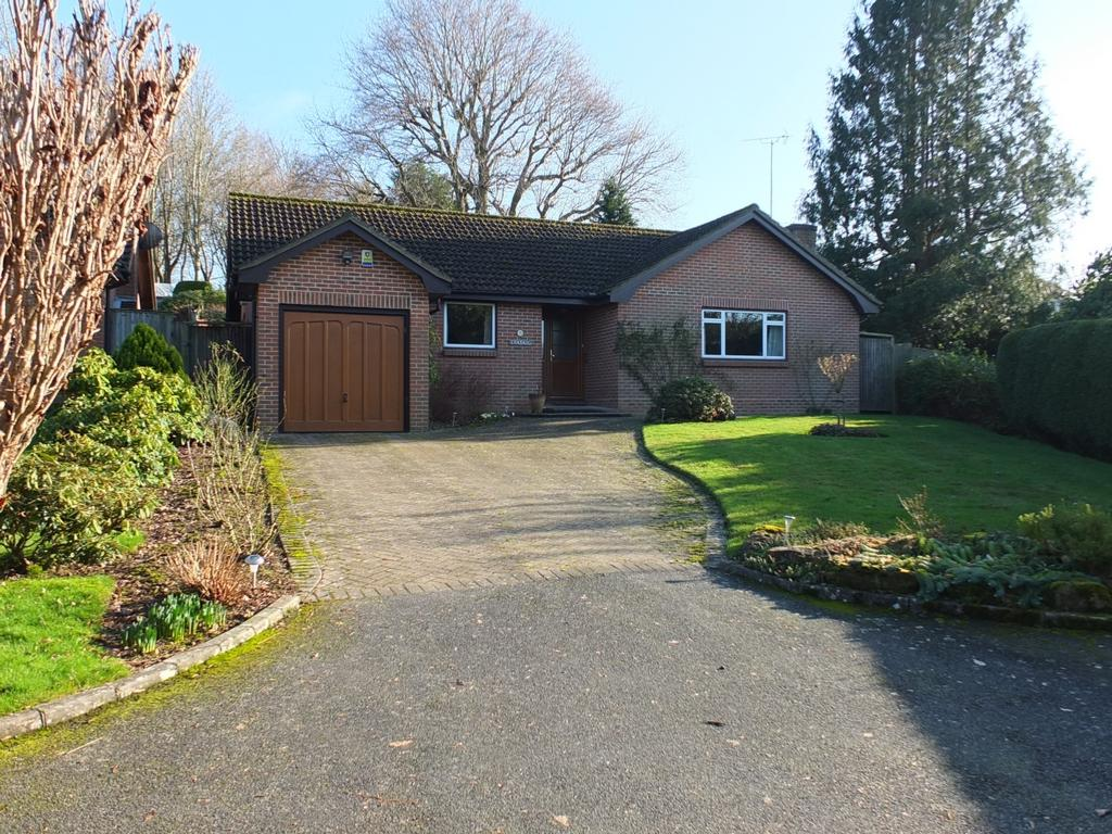 3 Bedrooms Bungalow for sale in Blackthorns Close, Lindfield, RH16