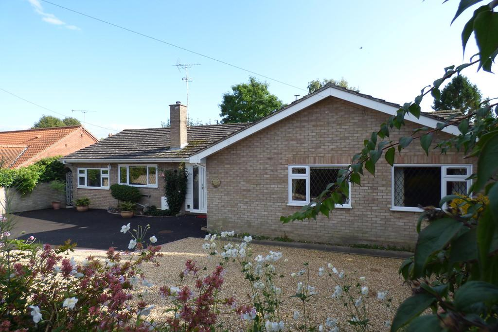 3 Bedrooms Detached Bungalow for sale in Church Walk, Mildenhall