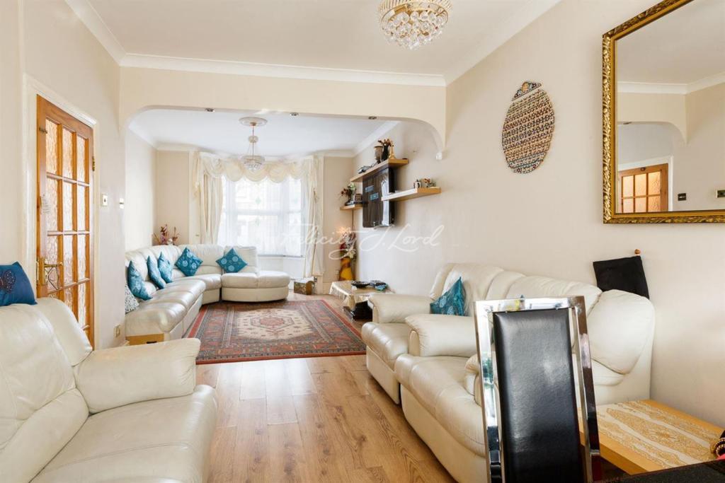 3 Bedrooms Terraced House for sale in Clonbrock Road, N16