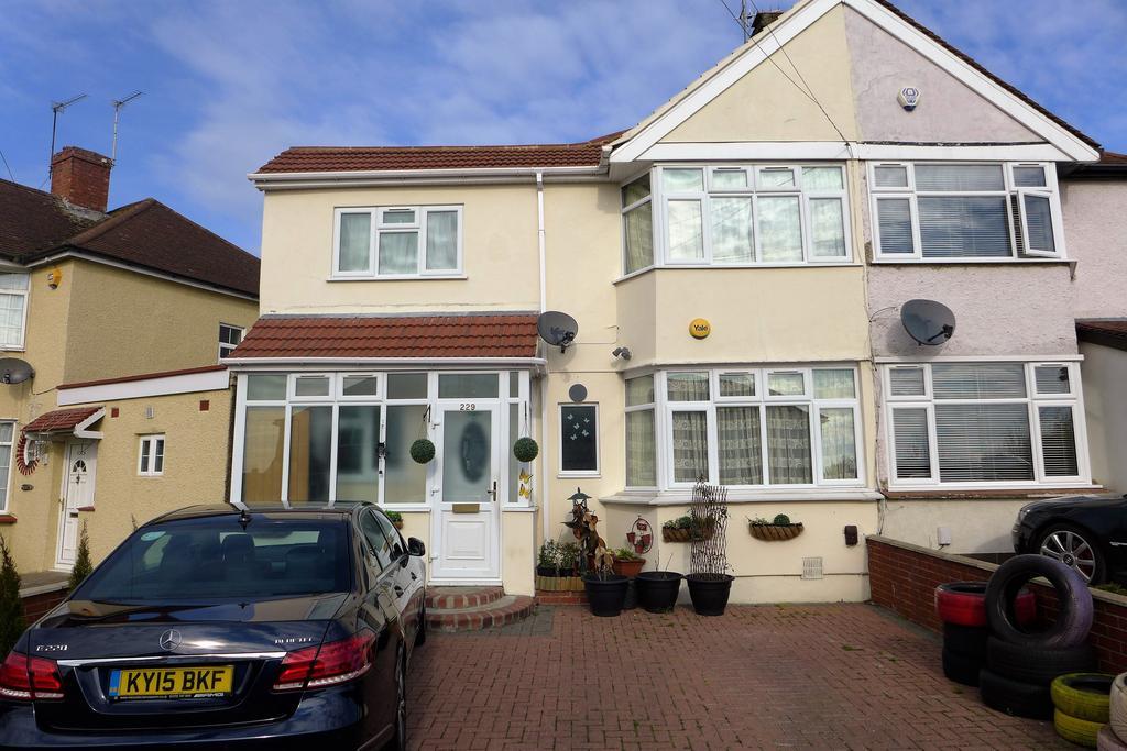 3 Bedrooms Semi Detached House for sale in Fernside Avenue, Feltham
