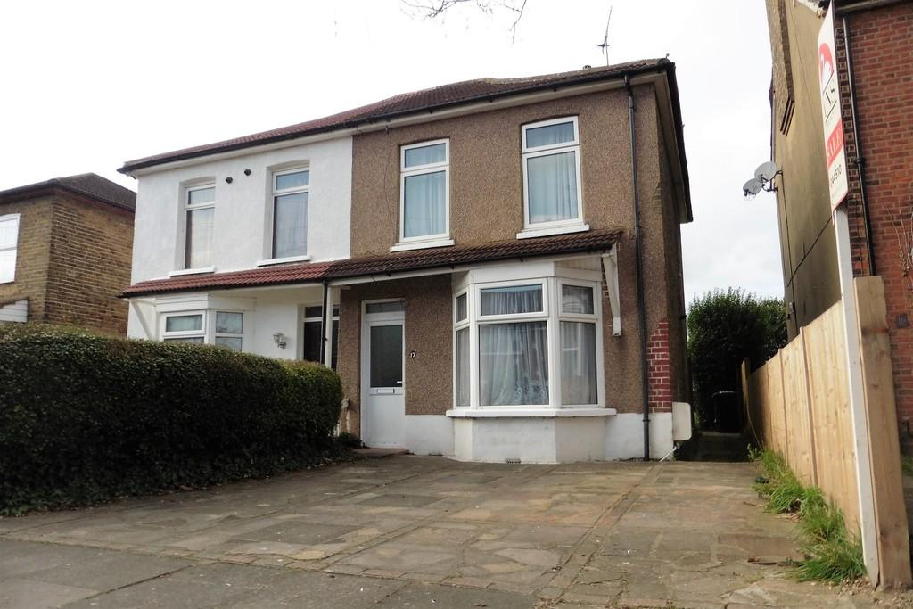 3 Bedrooms Semi Detached House for sale in Gordon Road, Ashford, TW15