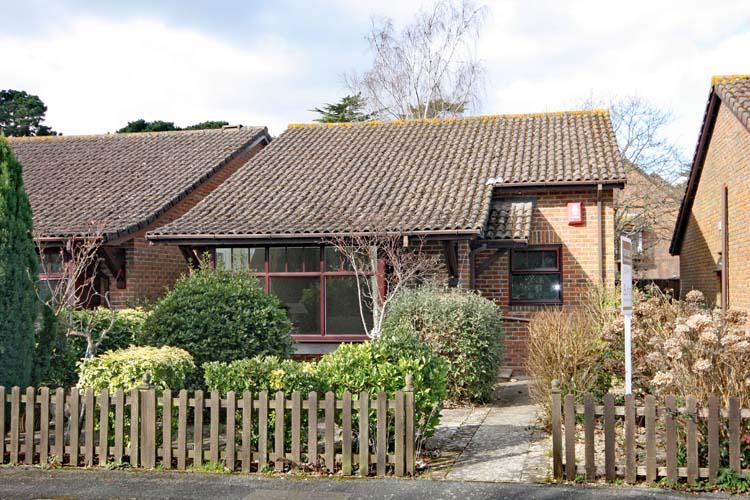2 Bedrooms Detached Bungalow for sale in Woodley Gardens, Lymington SO41