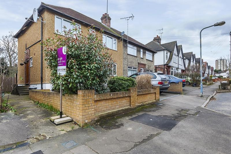 2 Bedrooms Flat for sale in St. Anthonys Avenue, Woodford Green, Essex. IG8