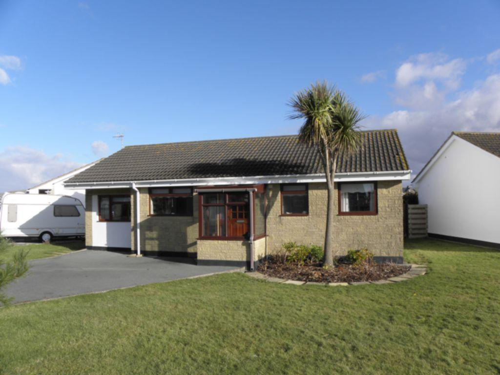 3 Bedrooms Bungalow for sale in Heol Seithendre, Fairbourne, LL38