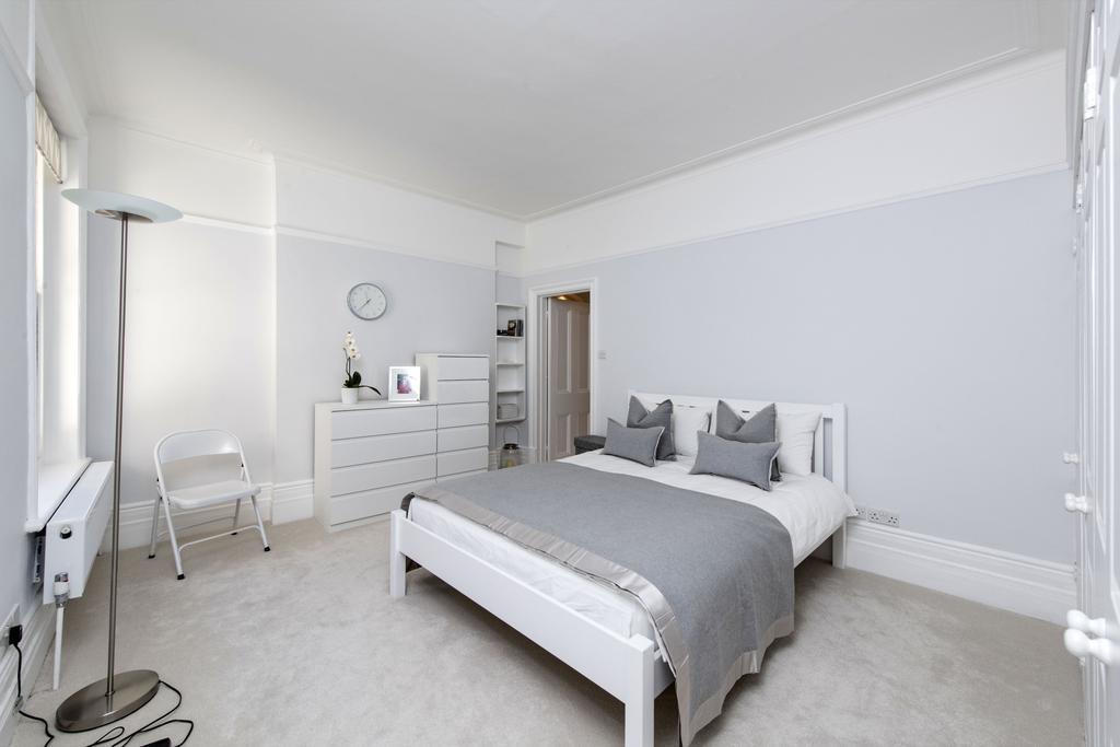 3 Bedrooms Flat for sale in Albert Bridge Road, SW11