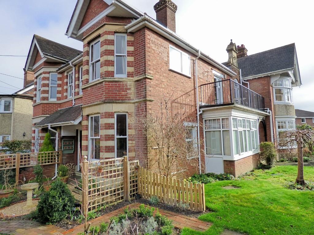 2 Bedrooms Flat for sale in Broadstone