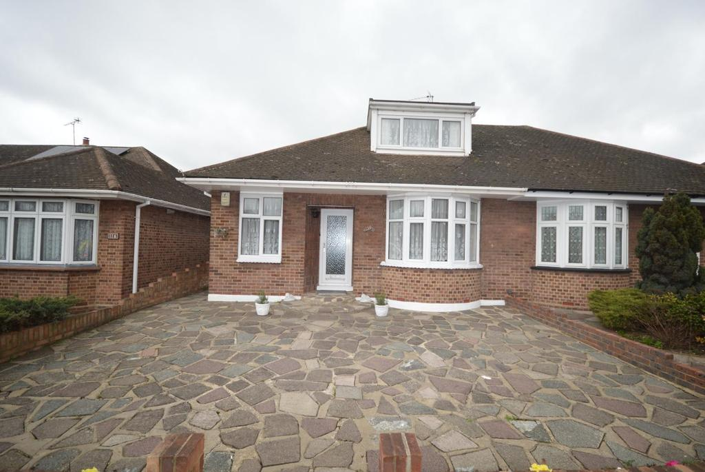 3 Bedrooms Chalet House for sale in Suttons Lane, Hornchurch, Essex, RM12