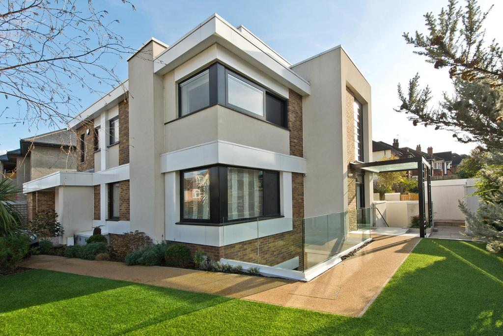 6 Bedrooms House
