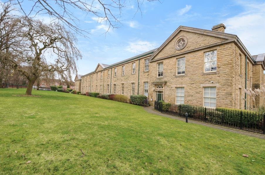 2 Bedrooms Flat for sale in STONELEIGH COURT, LEEDS, LS17 8FN