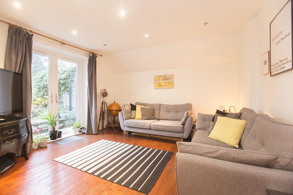 1 Bedroom Flat for sale in Downs Road, Hackney, London E5