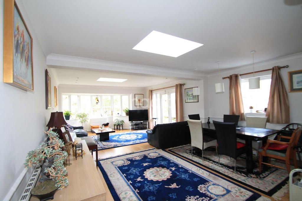 4 Bedrooms Bungalow for sale in Worplesdon, Guildford, Surrey