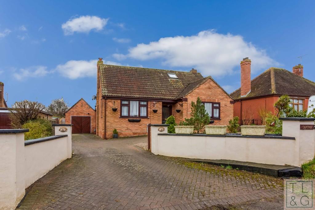4 Bedrooms Detached Bungalow for sale in School Lane, Middle Littleton