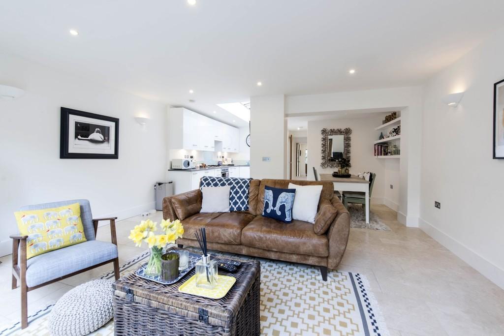 2 Bedrooms Flat for sale in Shelgate Road, Battersea, London
