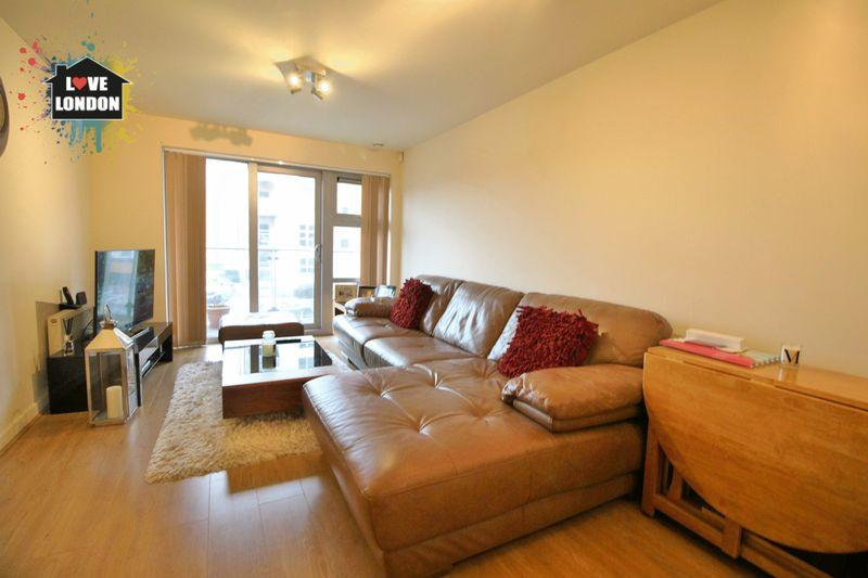 2 Bedrooms Apartment Flat for sale in Queen Mary Avenue, South Woodford, London, E18