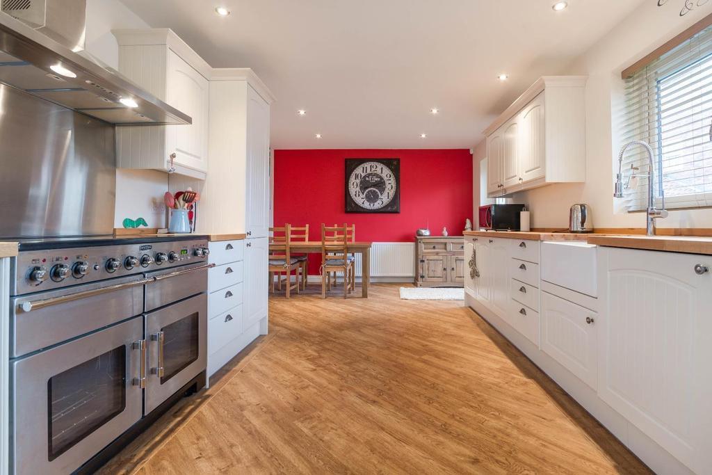 3 Bedrooms Bungalow for sale in South Back Lane, Stillington, York
