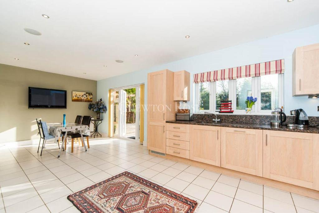 5 Bedrooms Detached House for sale in Guildfor Road, West End, Woking