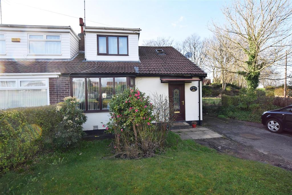 3 Bedrooms Semi Detached Bungalow for sale in Kirkway, Alkrington, Middleton