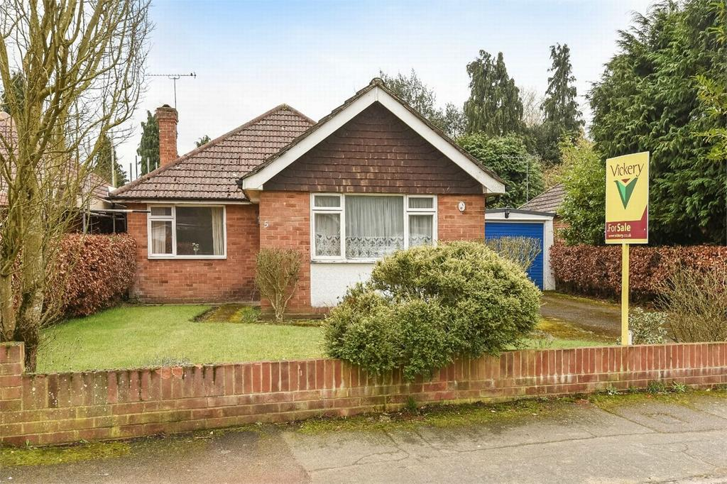 3 Bedrooms Detached Bungalow for sale in West End, Woking, Surrey