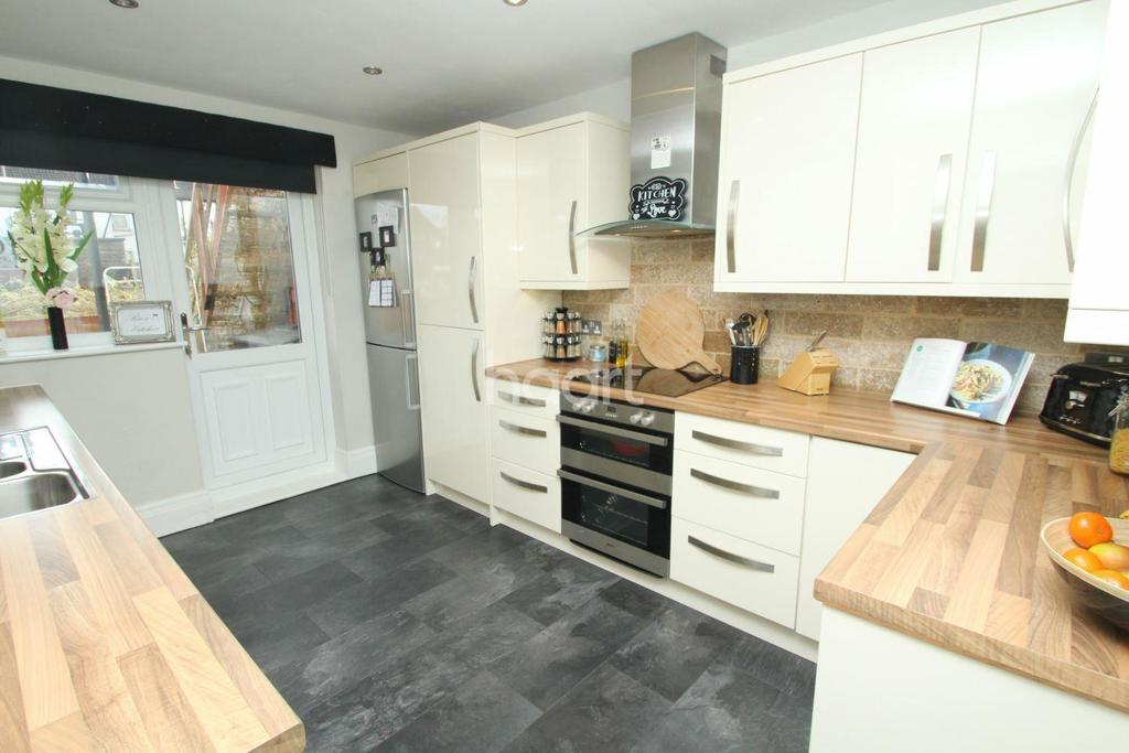 2 Bedrooms Flat for sale in Ronald Park Avenue