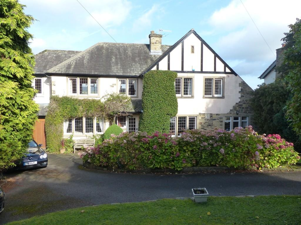 4 Bedrooms Detached House for sale in Clifton Road, Ben Rhydding, Ilkley