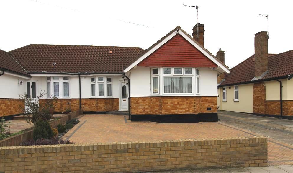 3 Bedrooms Semi Detached Bungalow for sale in Dorkins Way, Upminster, Essex, RM14