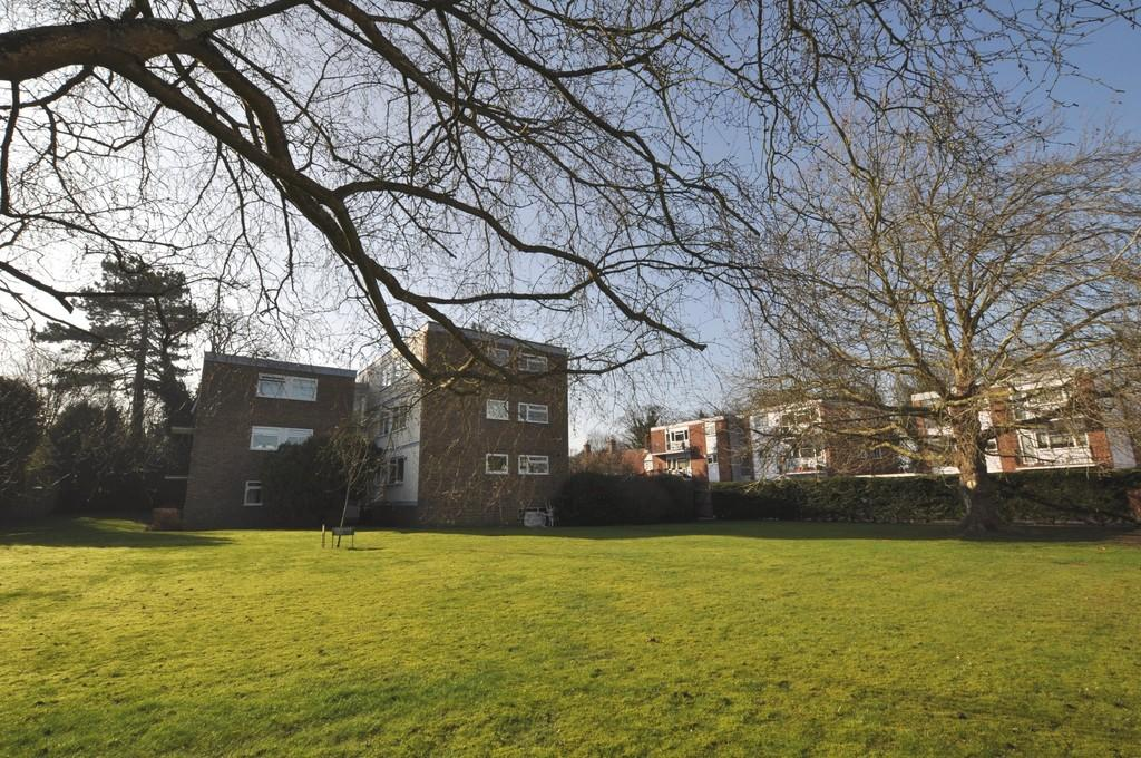 2 Bedrooms Ground Flat for sale in Cross Lanes, Guildford