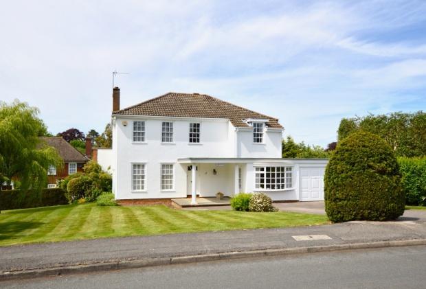 4 Bedrooms Detached House for sale in Badingham Drive, Fetcham, KT22