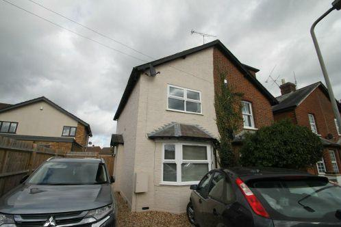 3 Bedrooms Semi Detached House for sale in Almond Road, Burnham