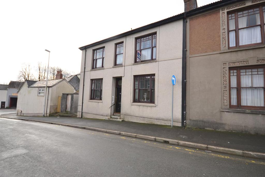 4 Bedrooms Semi Detached House for sale in St. Davids Avenue, Carmarthen