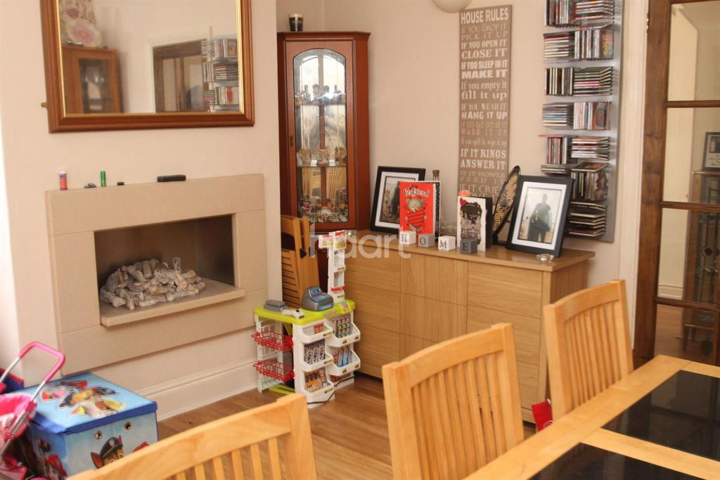 4 Bedrooms End Of Terrace House for sale in Huntingtower Road