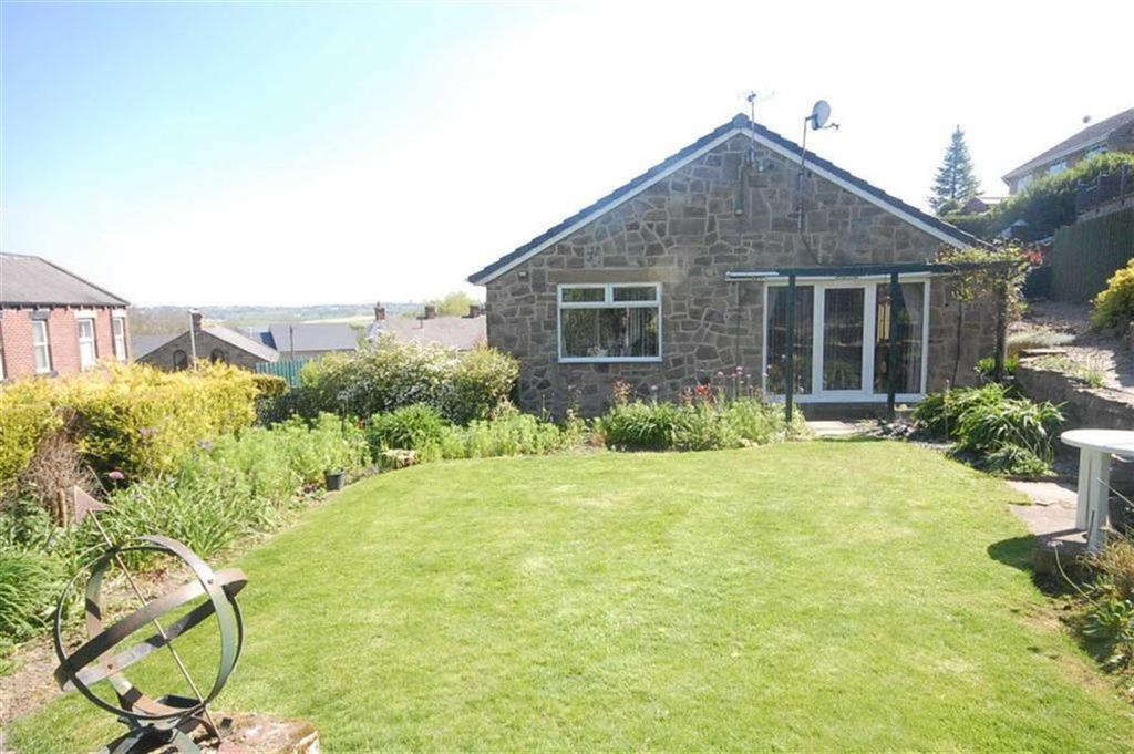 3 Bedrooms Detached Bungalow for sale in The Combs, Thornhill, Dewsbury, WF12