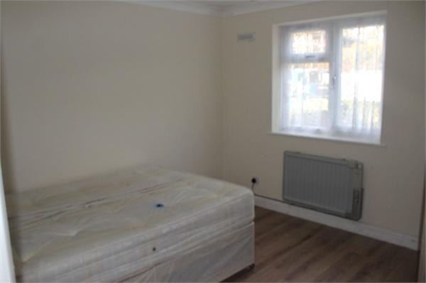 2 Bedrooms Flat for sale in Aborfield Close, Slough, Berks