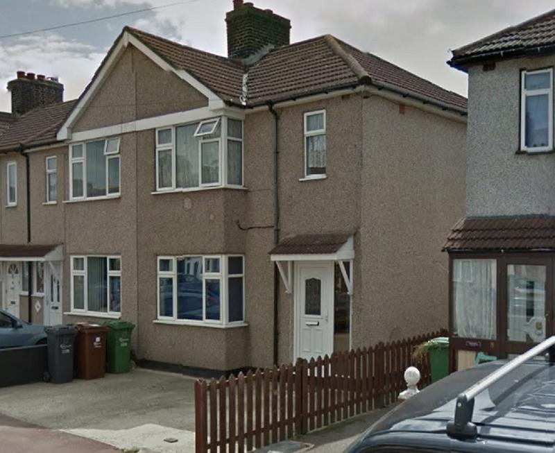 3 Bedrooms Semi Detached House for sale in Beamway , Dagenham, Essex. RM10