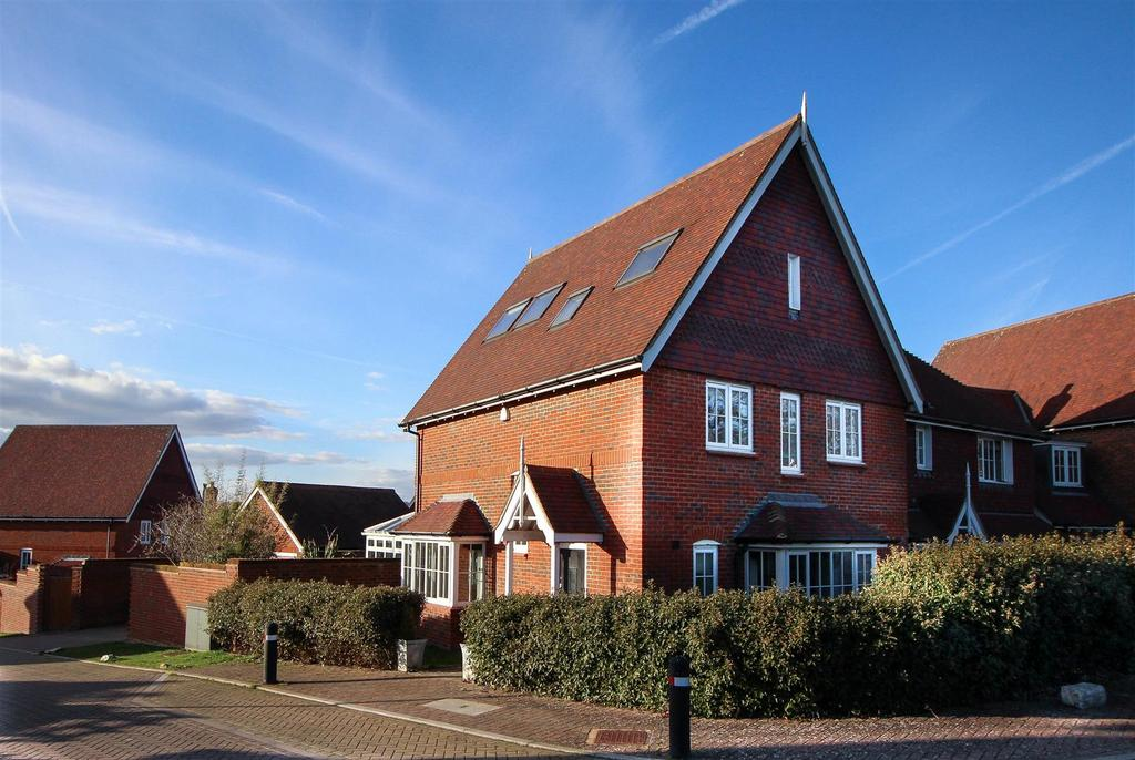 5 Bedrooms Semi Detached House for sale in Kingfisher Drive, Bolnore Village, Haywards Heath