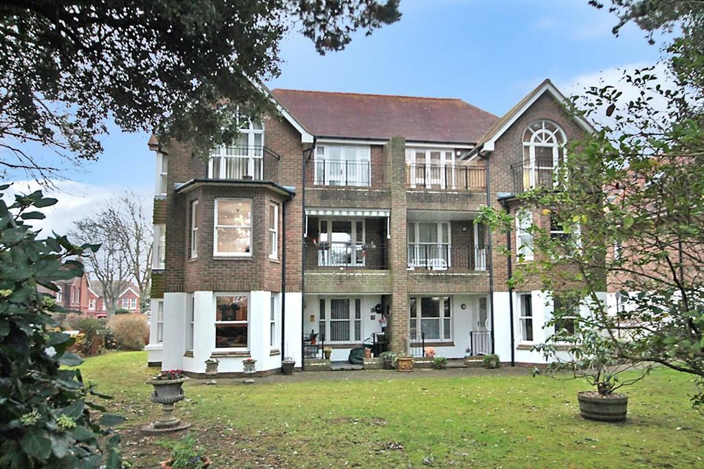 2 Bedrooms Ground Flat for sale in Queensborough Court, Grand Avenue, Worthing BN11 5BP