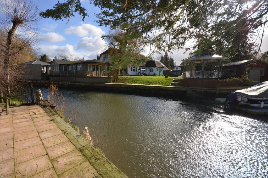 4 Bedrooms Detached House for sale in Riverside Gardens, Old Woking