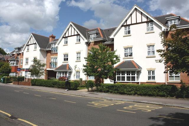 2 Bedrooms Flat for sale in Claremont Avenue, Woking