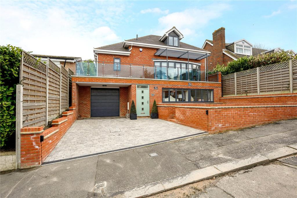 3 Bedrooms Detached House for sale in Carroll Hill, Loughton, Essex, IG10