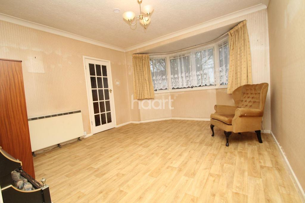 3 Bedrooms Semi Detached House for sale in Queen Annes Drive
