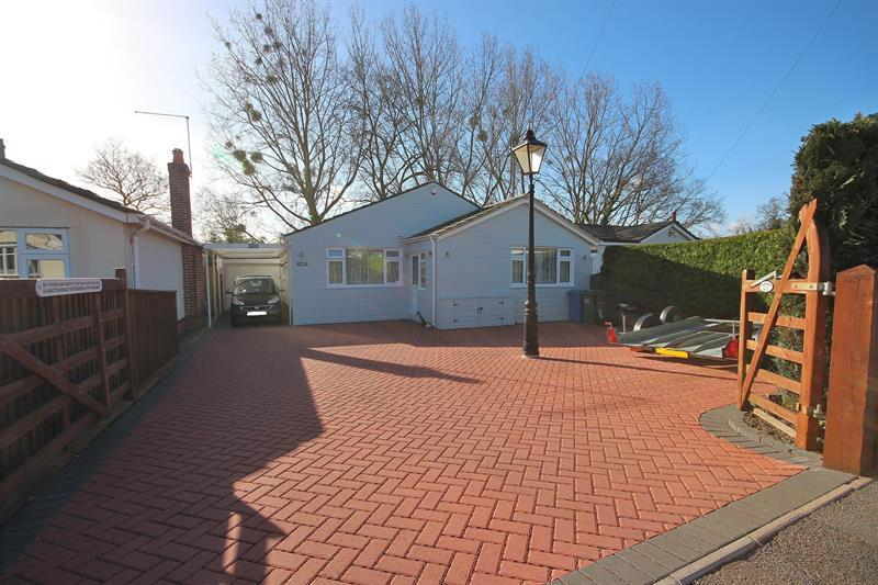 2 Bedrooms Detached Bungalow for sale in Pickering Close, Broadstone