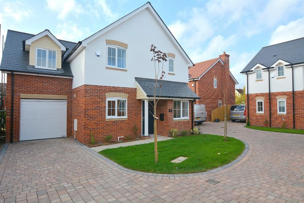 4 Bedrooms Detached House for sale in Elm Gardens, Sturminster Marshall