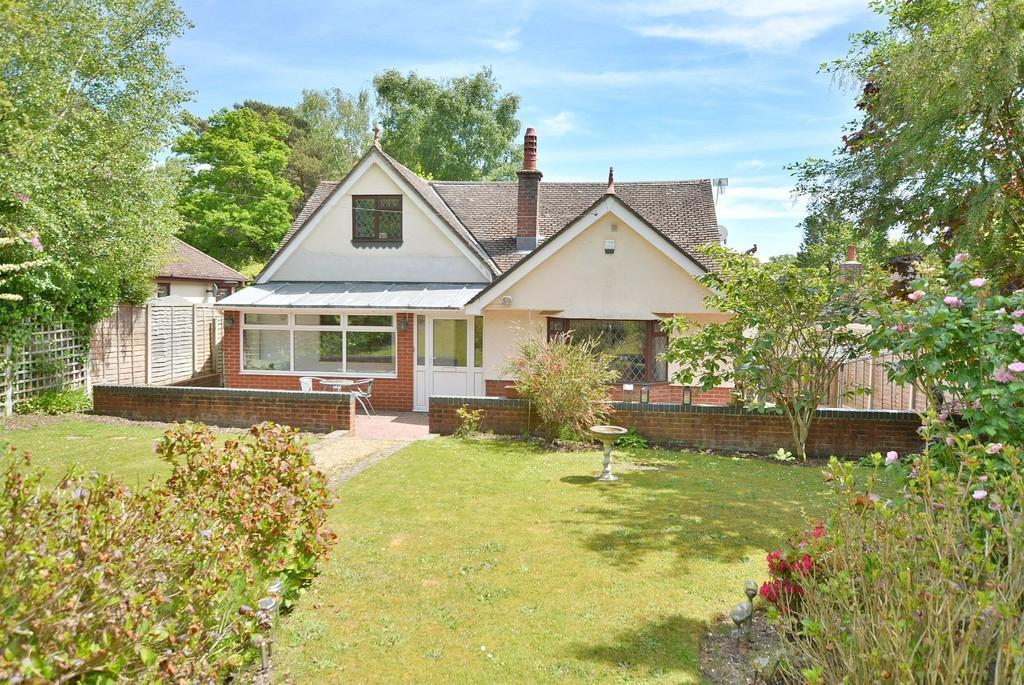 4 Bedrooms Detached Bungalow for sale in New Road, West Parley, FERNDOWN