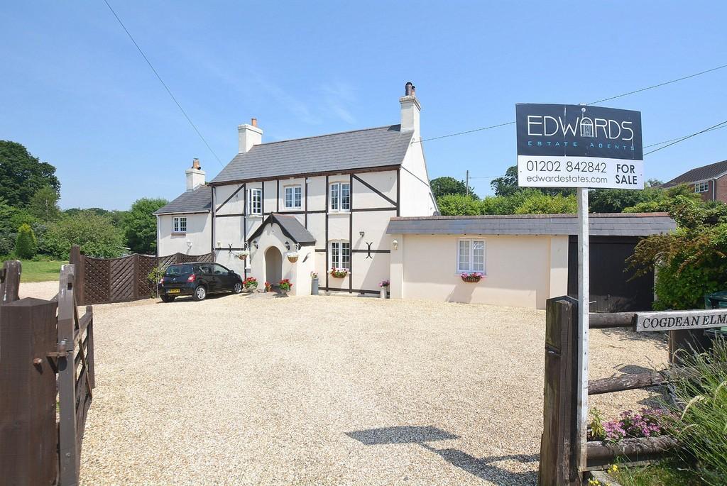 4 Bedrooms Semi Detached House for sale in Wimborne Road, Corfe Mullen, WIMBORNE