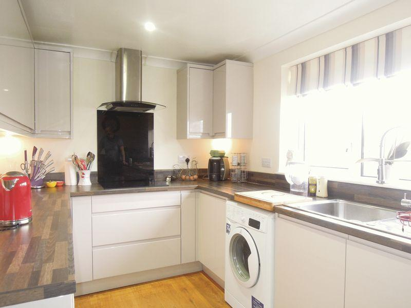 2 Bedrooms Flat for sale in Grampian Way, Langley