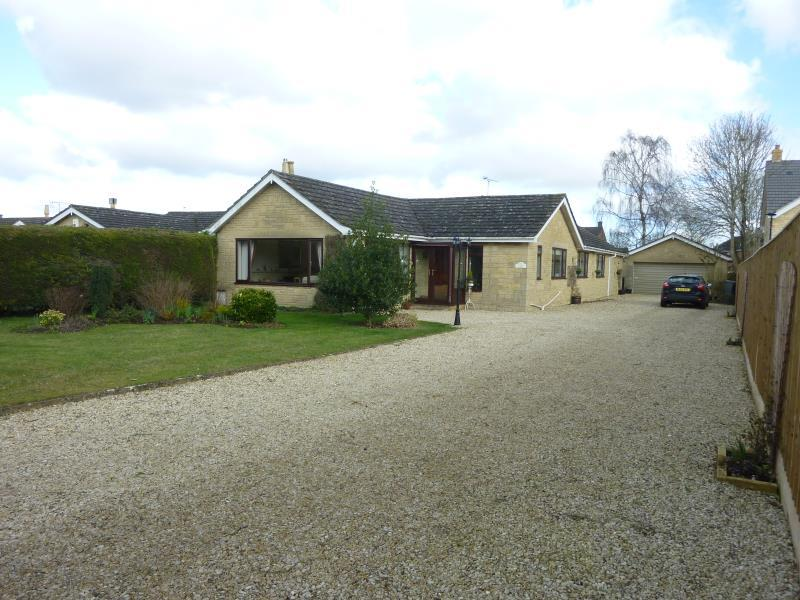 3 Bedrooms Detached Bungalow for sale in Black Bourton Road, Carterton, Oxon