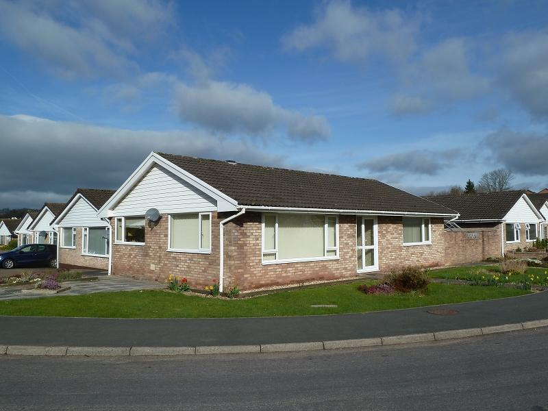 3 Bedrooms Bungalow for sale in Pendre Gardens, Brecon, Powys.