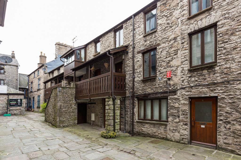 2 Bedrooms Flat for sale in 11 Camden Building, Yard 23 Stramongate, Kendal, Cumbria LA9 4BH